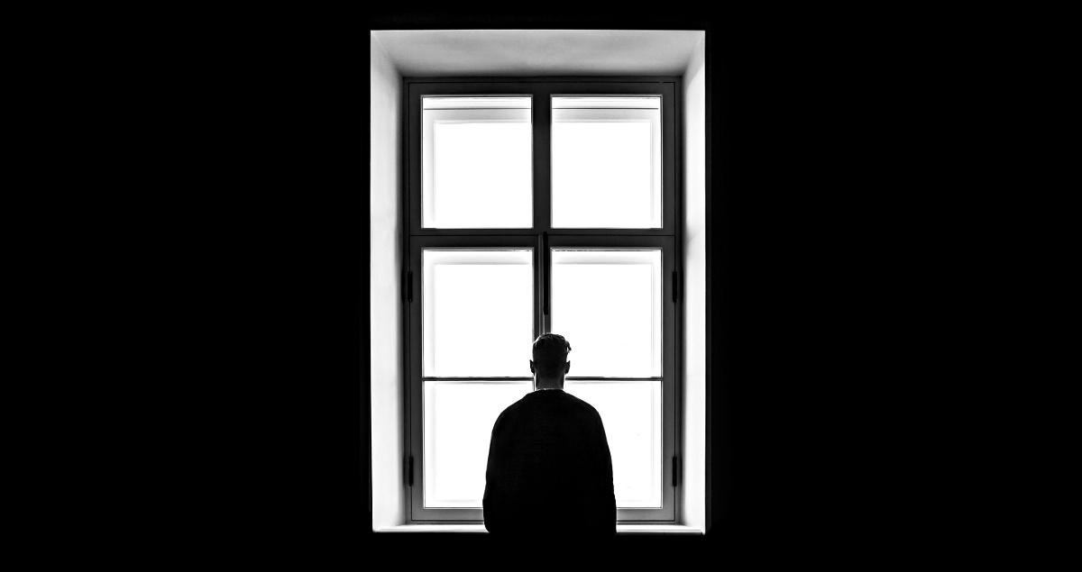 Mann vor Fenster